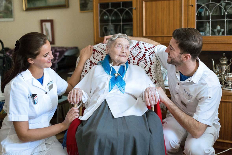 Flexidents personal med en patient på ett äldreboende.